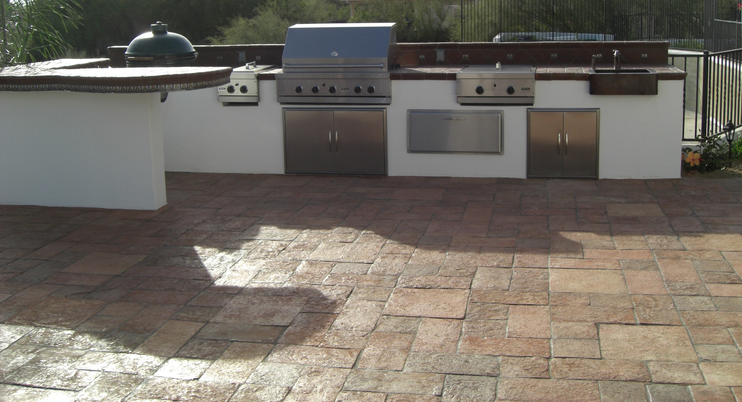 This white stucco outdoor kitchen, Scottsdale, contains grill, 2 cook-tops, a smoker, and the kitchen sink. We can create this design anywhere, or do something totally custom for your outdoor kitchen, Phoenix.