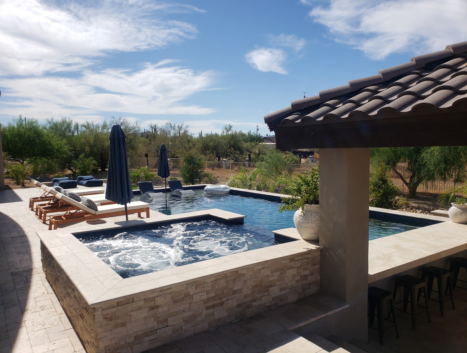Travertine spa surround matches the lower level pool retainer wall. Desert Crest pool builder's Phoenix client now has one fabulous backyard!